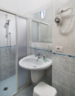Camere con servizi e box doccia